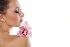 Kvinna och orkidé arkivbild