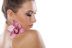 Kvinna och orkidé royaltyfri bild