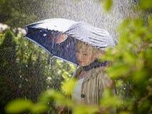 Kvinna och paraply Arkivfoto