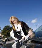 Kvinna- och parkeringsjobbanvisning Royaltyfri Bild