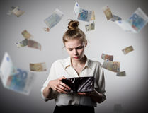Kvinna och plånbok Euro Arkivbilder