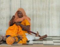 Kvinna och pojke på den sikh- templet Royaltyfri Foto