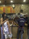 Kvinna- och pojkeköp Kusum' s-kathirullar royaltyfri bild