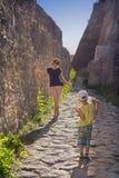 Kvinna- och pojketurister som tar foto royaltyfri fotografi