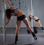 Kvinna och pol-dans Arkivfoton