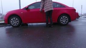 Kvinna och röd bil arkivfilmer