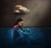 Kvinna- och regnmoln arkivfoton