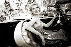 Kvinna och retro cabriolet arkivbilder