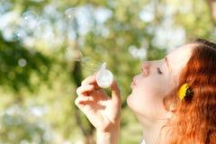 Kvinna och såpbubblor arkivbild