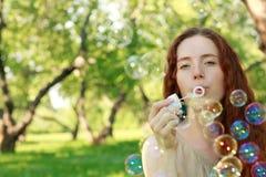 Kvinna och såpbubblor fotografering för bildbyråer