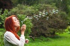 Kvinna och såpbubblor Arkivfoto