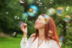 Kvinna och såpbubblor Royaltyfria Bilder