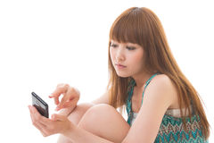 Kvinna och smart telefon royaltyfria foton