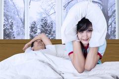 Kvinna och snarka man på säng Arkivbild