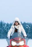 Kvinna och snowmobile Arkivfoto