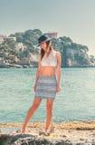Kvinna och strand Arkivfoto