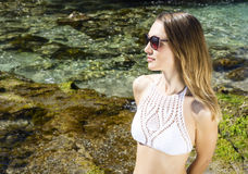Kvinna och strand Arkivfoton