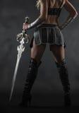 Kvinna och svärd Arkivfoto