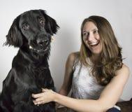 Kvinna och svart hund Arkivfoto