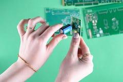 Kvinna och teknologi täta händer upp arkivbilder