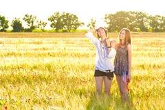 Kvinna och tonåring i äng fotografering för bildbyråer