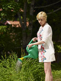 Kvinna och trädgårdkruka Fotografering för Bildbyråer