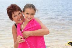 Kvinna och unge vid sjösidan Royaltyfria Foton