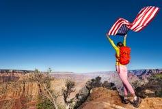 Kvinna och USA-flagga på självständighetsdagen Grand Canyon Arkivfoto