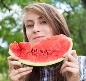 Kvinna och vattenmelon Arkivfoto