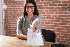 Kvinna Offering Företag check Arkivbilder