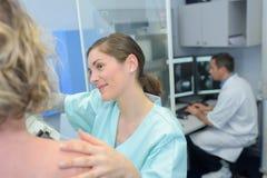 Kvinna omkring som genomgår mammographyprovet i sjukhus Royaltyfria Foton