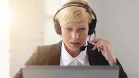 Kvinna online-Consultates stock video