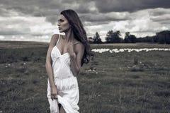 Kvinna på äng Royaltyfri Fotografi