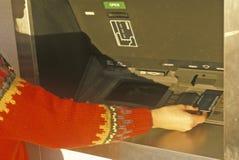 Kvinna på 24 timmeATM-maskin Royaltyfri Foto