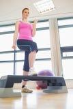 Kvinna på aerobicsgrupp i idrottshall Arkivbilder