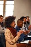 Kvinna på affärsregeln som applåderar efter presentation arkivfoto