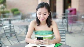 Kvinna på att smsa för telefon arkivfilmer