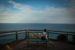 Kvinna på bänk med seascape royaltyfria bilder