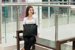 Kvinna på bänken på gallerian Arkivfoto