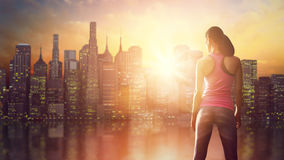 Kvinna på bakgrund av det stads- landskapet Arkivfoton