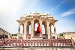 Kvinna på balkong i slott av Rajasthan Royaltyfria Bilder
