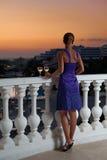 Kvinna på balkongen arkivfoton