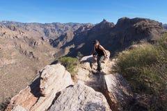 Kvinna på Blackett'sens Ridge Trail, Arizona royaltyfria bilder