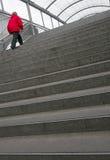 Kvinna på brant trappa fotografering för bildbyråer