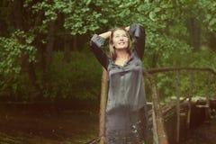 kvinna på brigen Arkivbilder