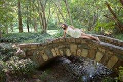 Kvinna på bron i skog royaltyfri fotografi