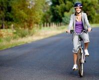 Kvinna på cykeln Royaltyfria Bilder