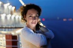 Kvinna på däck i afton. arkivfoto
