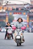 Kvinna på den elektriska sparkcykeln för retro design, Hengdian, Kina Royaltyfria Bilder