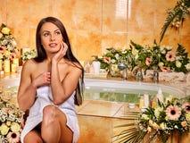 Kvinna på den lyxiga brunnsorten Royaltyfria Bilder